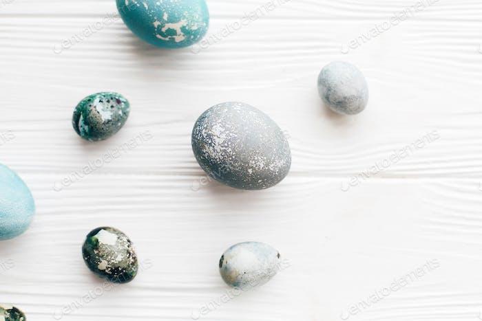 Moderne Ostereier bemalt mit Naturfarbstoff in blauem und grauem Marmor