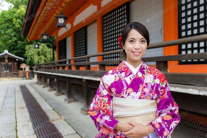 Japanerin mit traditionellem japanischen Kostüm