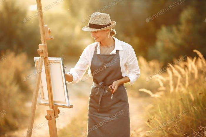 Frau in einer Schürze Malerei in einem Feld