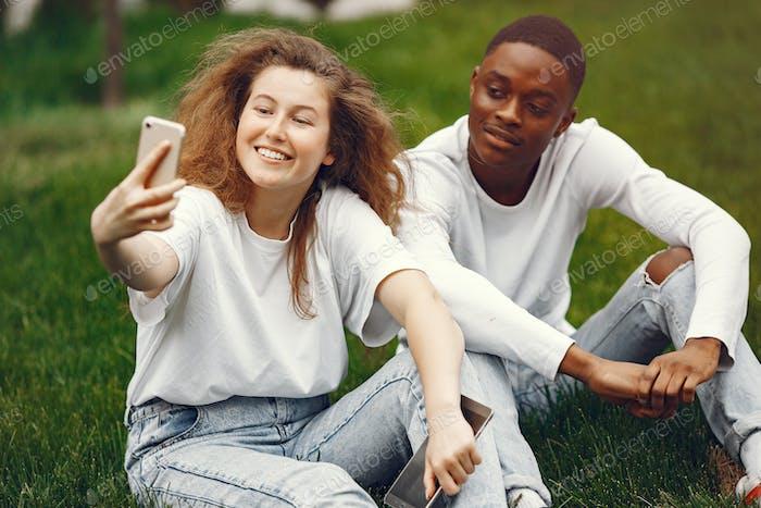 Interracial Studenten hat einen Spaß und lacht fröhlich im Park