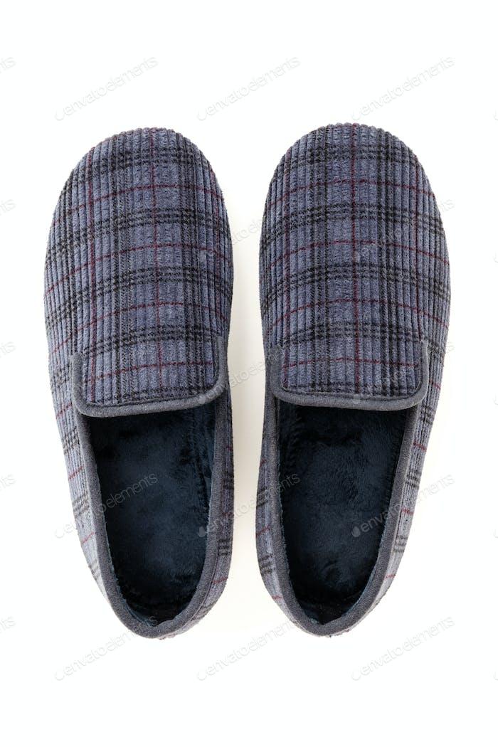 Zapatillas caseras masculinas aisladas sobre fondo blanco