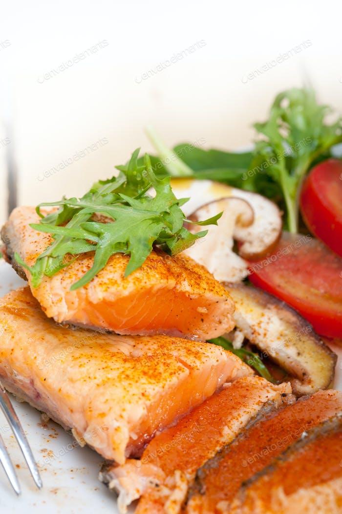 filete de samón a la parrilla con ensalada de verduras