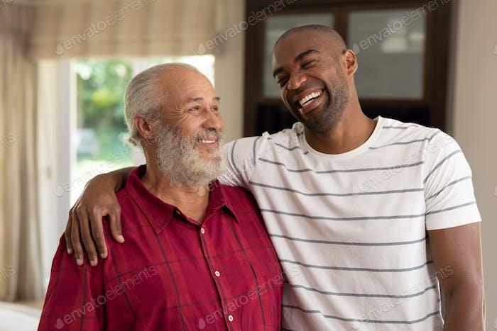 Zwei Männer lächelnd zu Hause