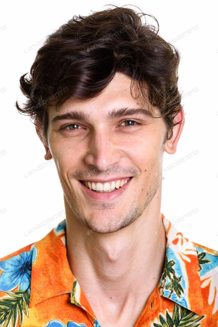 Gesicht der jungen glücklich gutaussehenden Mann lächelnd tragen Hawaiian Hemd