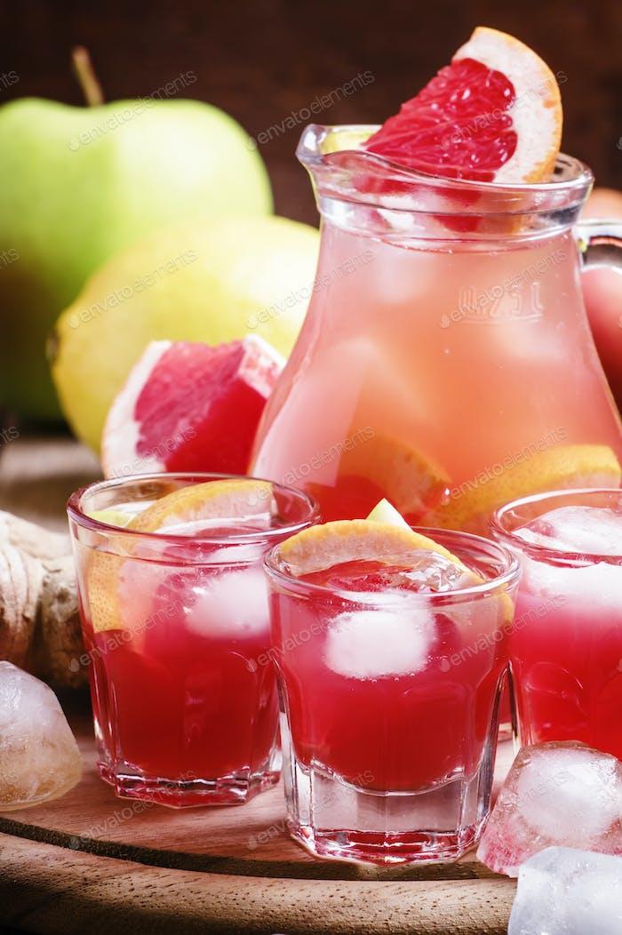 Erfrischendes Getränk mit Grapefruit, Äpfeln und Ingwer
