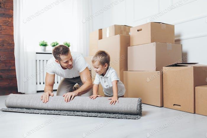 Concepto de mudanzas, Padre e hijo mudándose a un Novedad Página de inicio