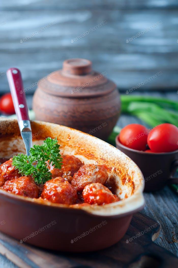 Fleischbällchen in süß-saurer Tomatensauce.
