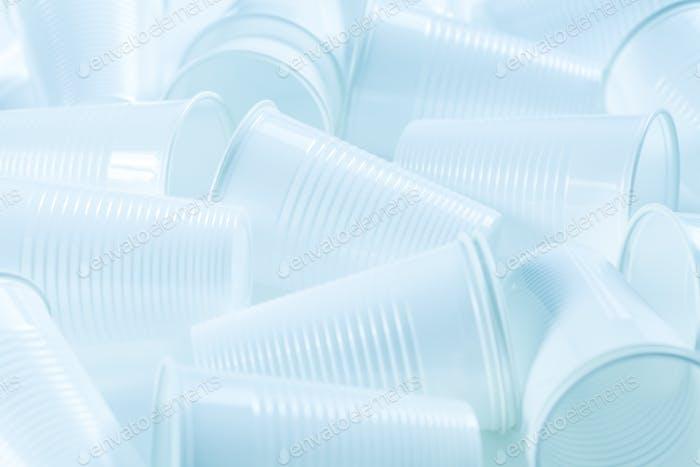 Einweg-Plastikbecher als Hintergrund. Umweltkonzept. Nicht kompostierbare Abfälle