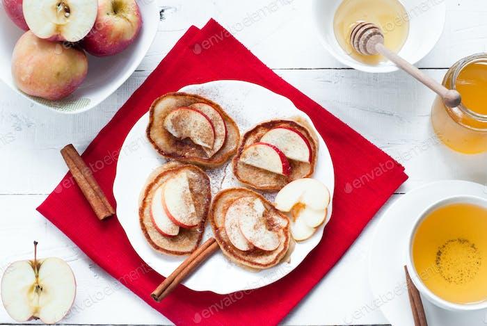 Pfannkuchen mit Apfel, Zimt und Honig.