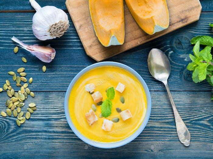 Cremige Suppe aus Kürbis