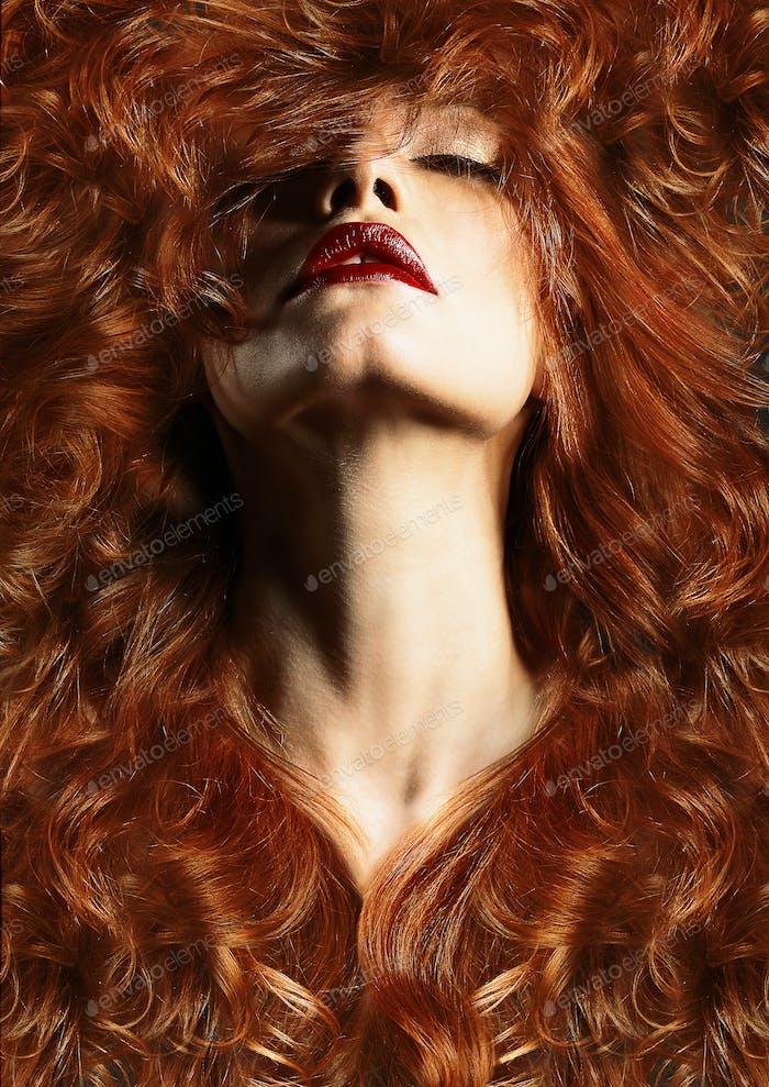 Porträt von roten Haaren Mitte erwachsene Frau