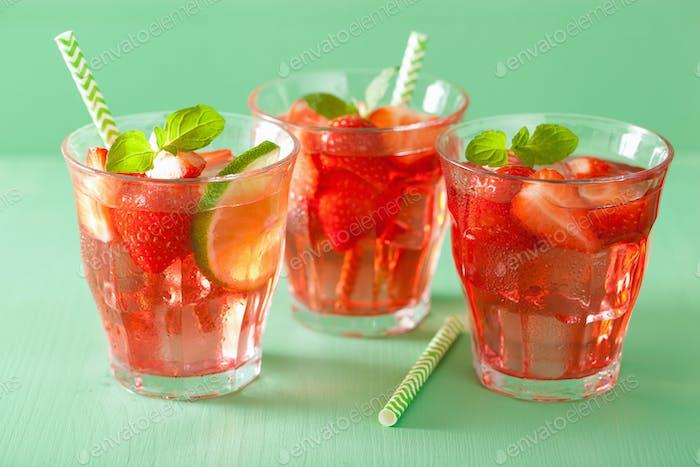 Sommer-Erdbeer-Getränk mit Limette und Minze