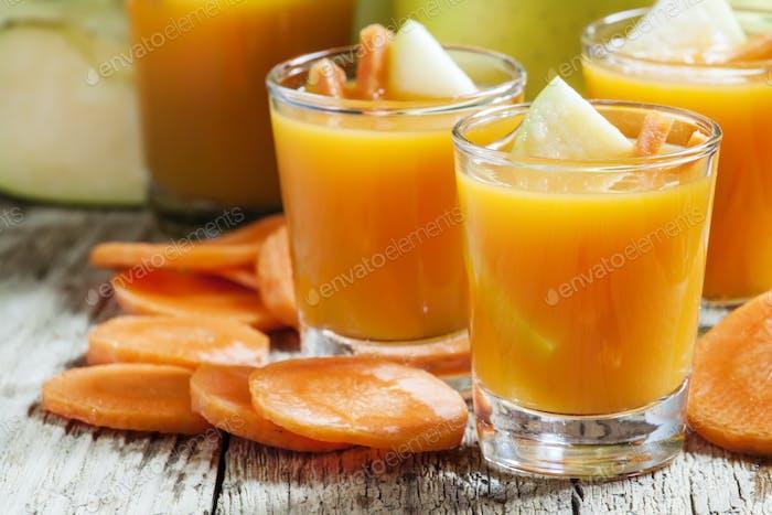 Frisch gepresster Saft von Karotten und grünen Äpfeln