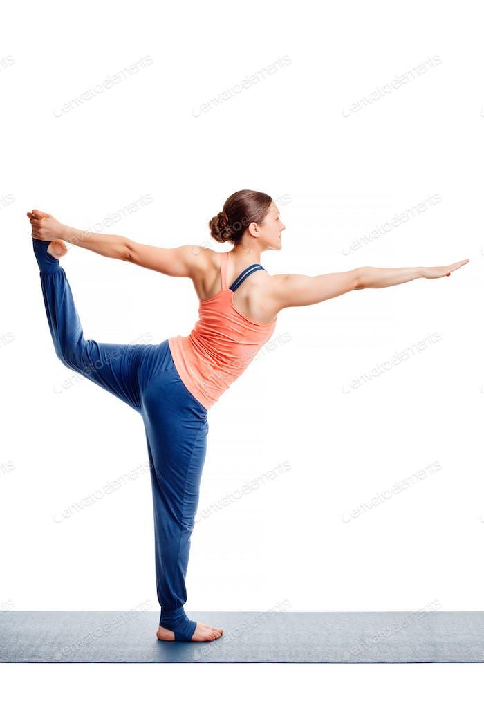 Frau tut Yoga Asana Natarajasana