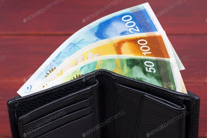 Billetes de banco de Israel en una billetera negra