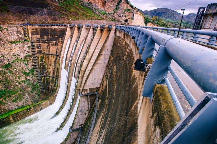 Großer Blick auf einen großen Damm in Italien.