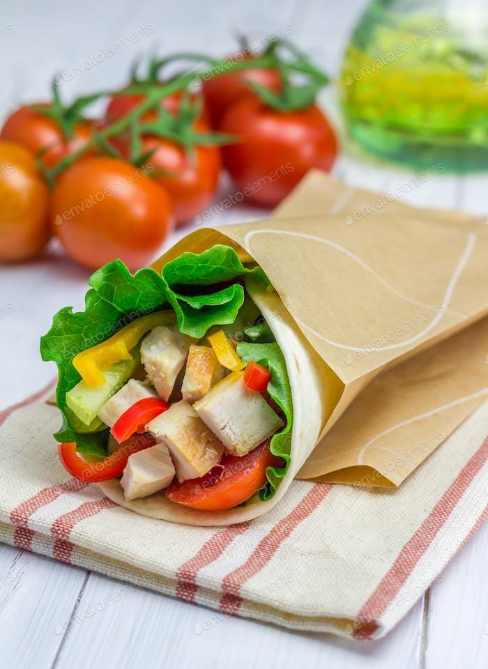 Tortilla Wraps mit gebratenem Hähnchenfilet, frischem Gemüse und Sauce