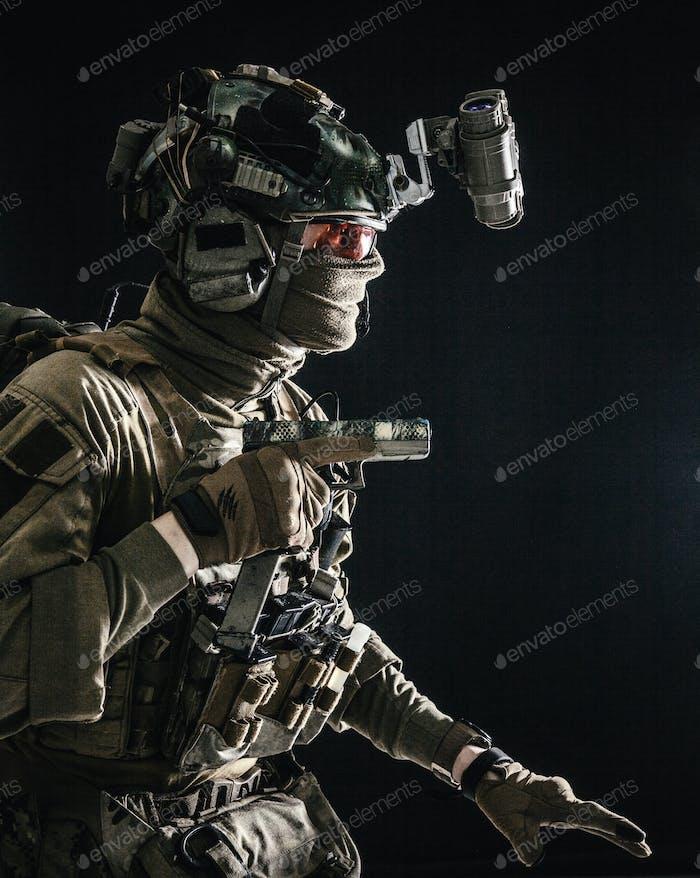 Militärsicherheitsdienst Kämpfer schleichen in der Dunkelheit