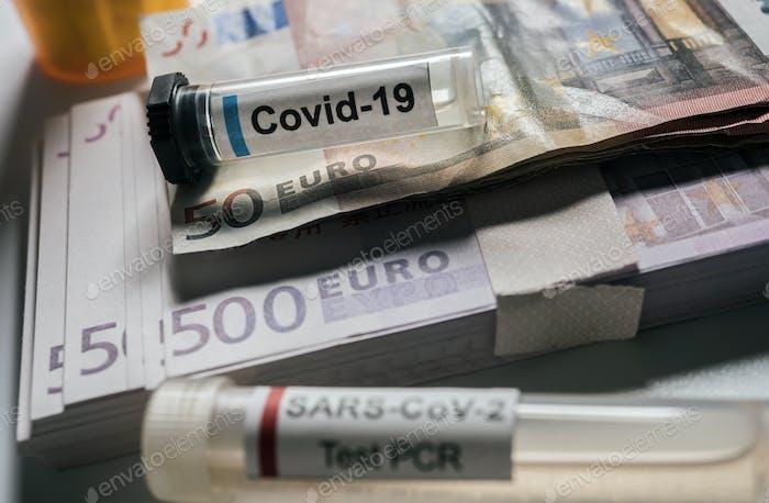 Vial de coronavirus en billetes en euros, imagen conceptual