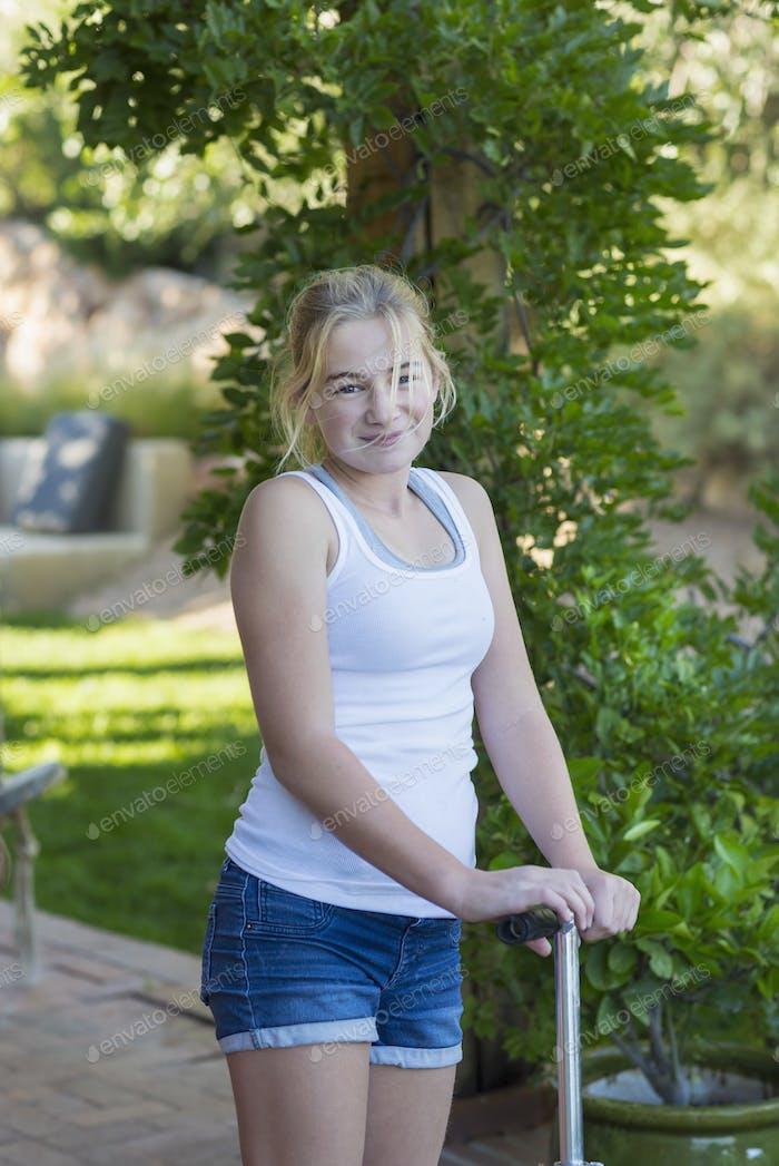 Porträt von 11 Jahre altes Mädchen auf Roller