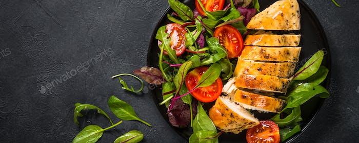 Hähnchenfilet mit Salat Draufsicht