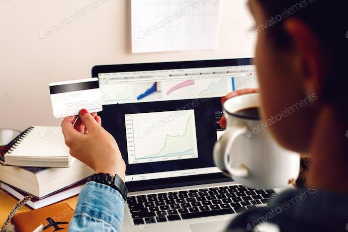 stilvolle junge Hipster Mädchen arbeiten mit Laptop und Papieren