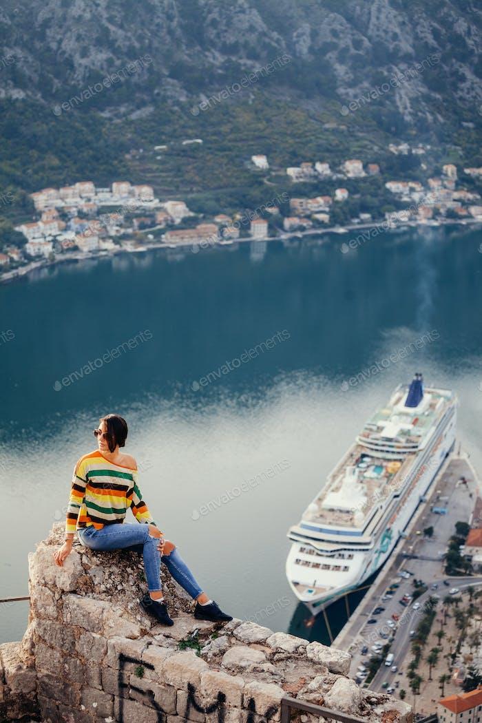 Frau reisen und Panoramablick genießen