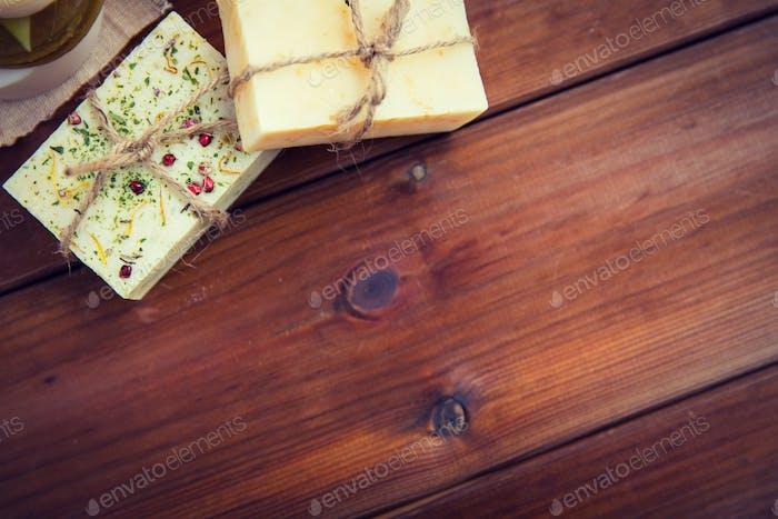Nahaufnahme von handgefertigten Seifenstangen auf Holz