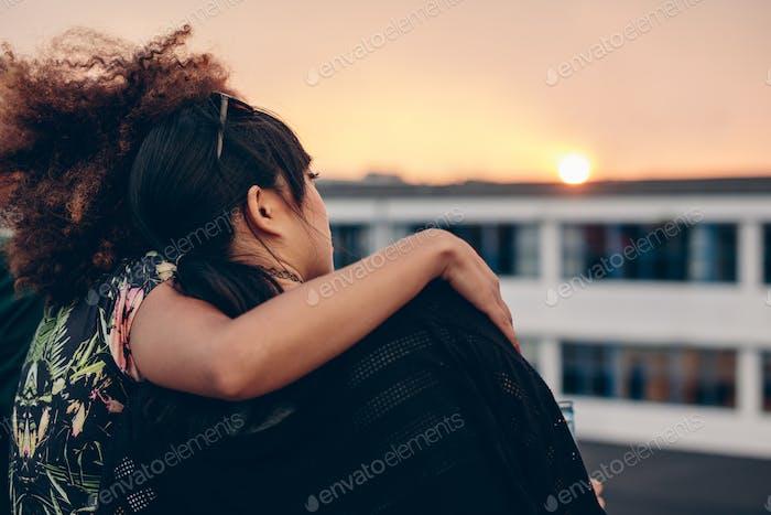 Frauen entspannen auf dem Dach und Blick auf den Sonnenuntergang