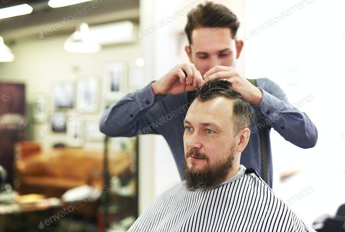 Мужчина в парикмахерской