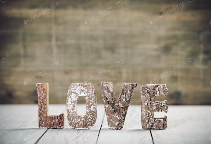 Valentinstag-Konzept. Liebe Holzbuchstaben auf dem Tisch. Liebe Holzbuchstaben Nahaufnahme.