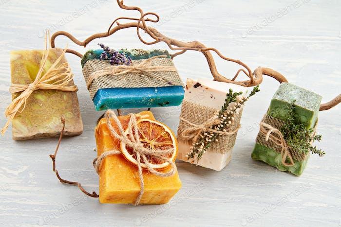 Handgefertigtes natürliches Seifen- und Trockenshampoo, umweltfreundliches Spa, Beauty-Hautpflege-Konzept. Kleines Unternehmen