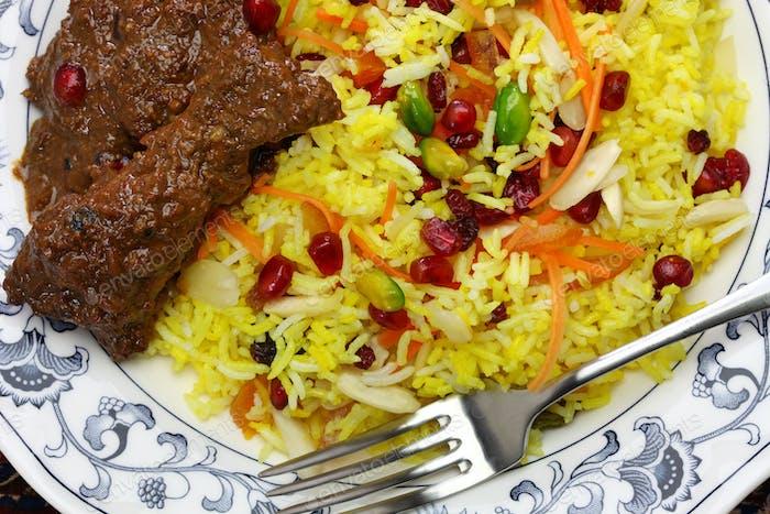 iranische Küche, persischen Juwelen Reis und Huhn fesenjan
