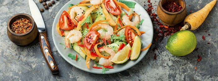 Salad with shrimp and vegetables
