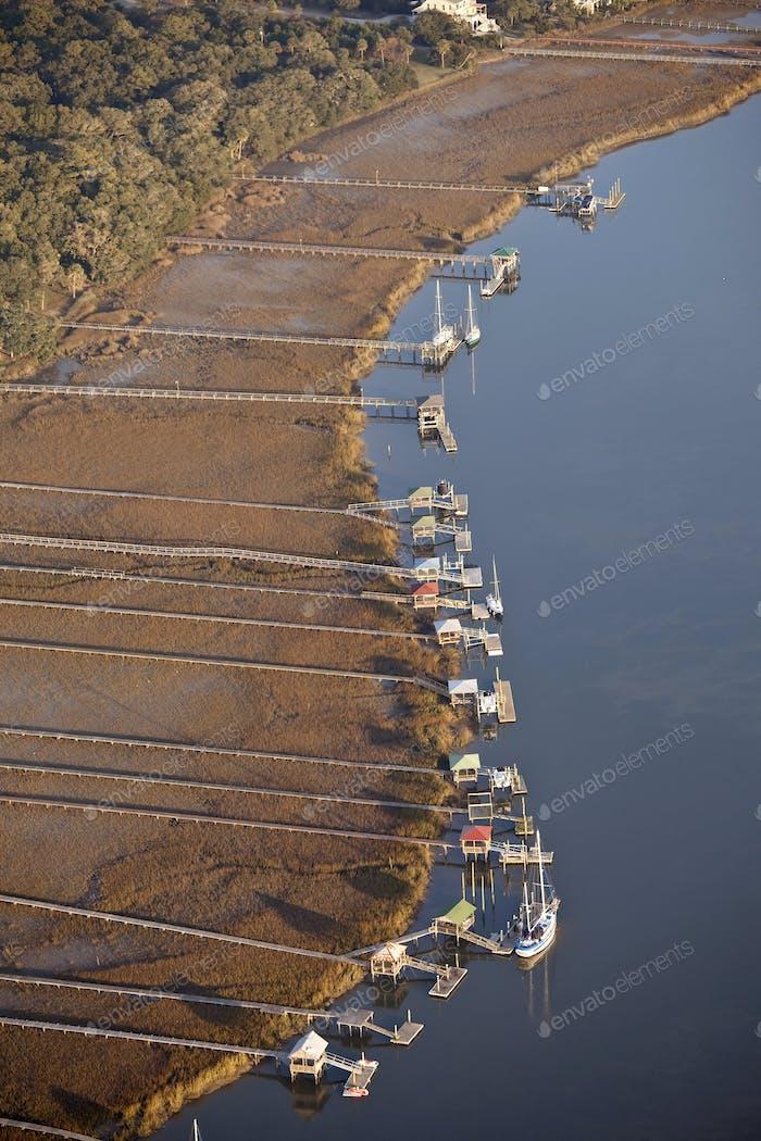 Luftaufnahme von Docks und Booten