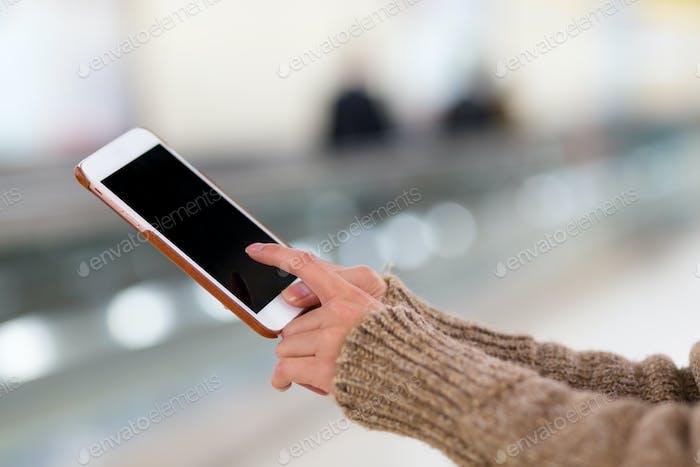 Uso femenino del teléfono en la estación de tren