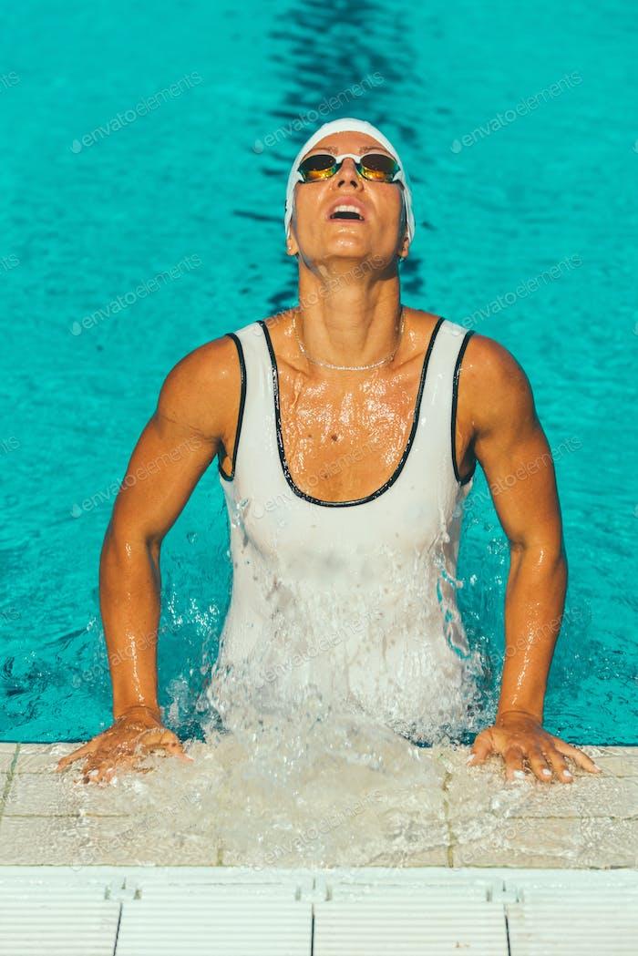Weibliche Schwimmer im Pool