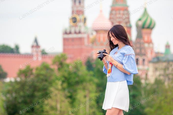 Fotógrafo profesional tomando una foto de la ciudad al aire libre