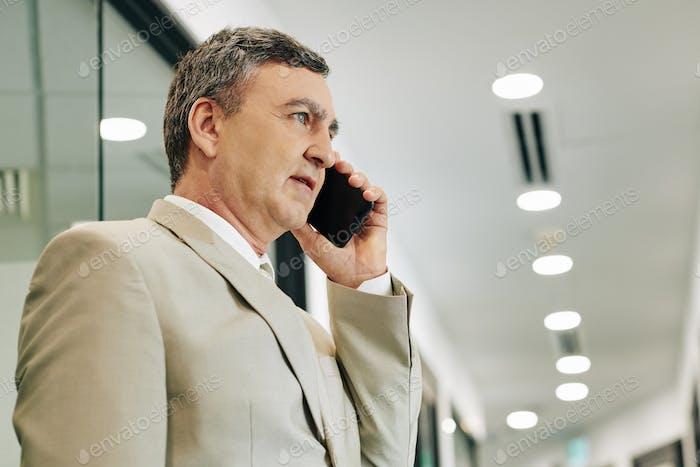 Reifen Geschäftsmann sprechen auf Telefon