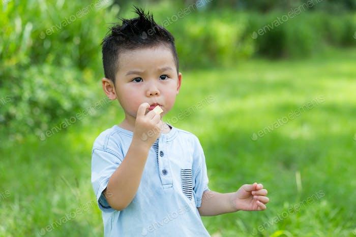 Niño pequeño comiendo con merienda