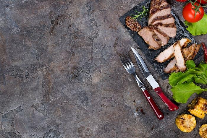 Frische drei Arten von gegrilltem Steak auf Schieferplatte mit Kräutern