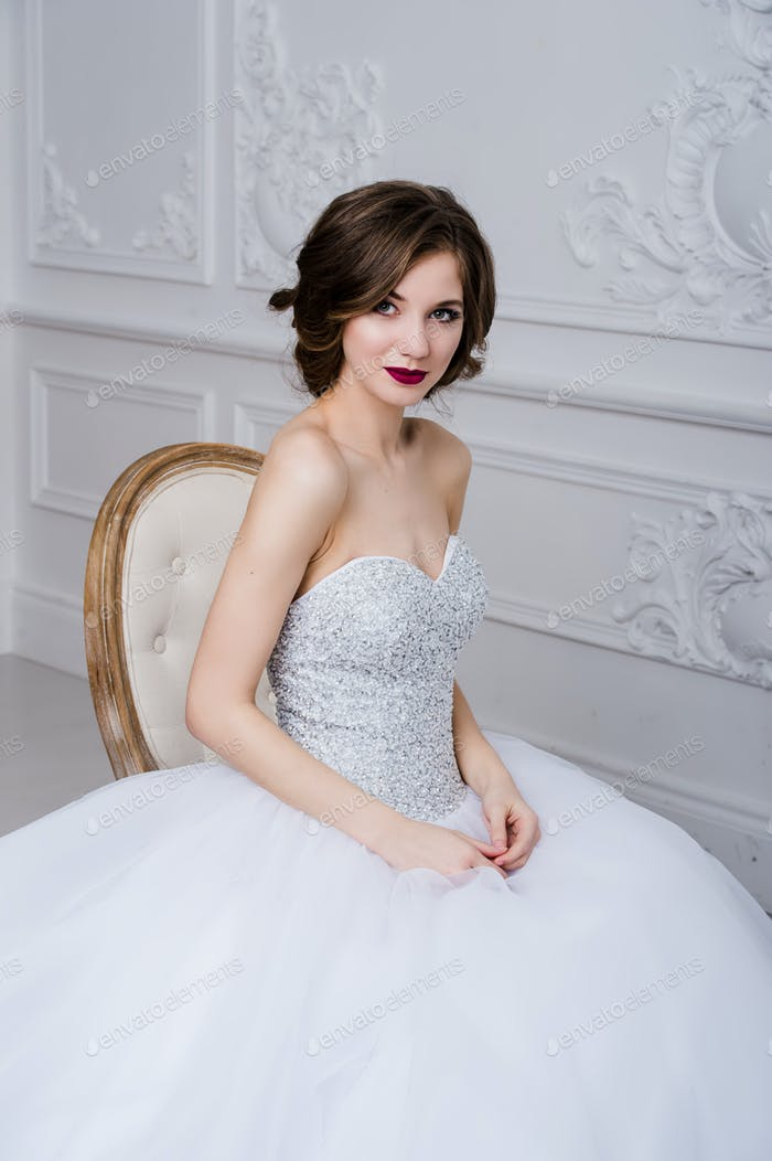 Porträt der schönen Braut. Hochzeitsdekoration und Kleid, weißer Hintergrund