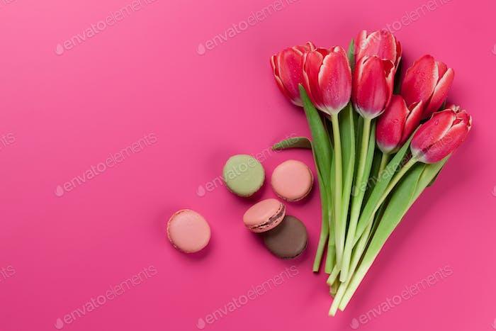 Rote Tulpenblüten und Makronen Plätzchen
