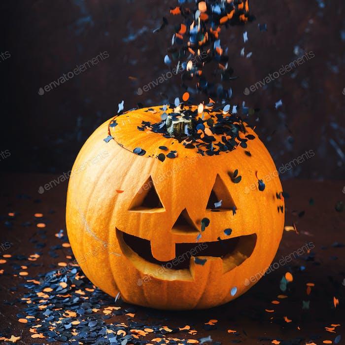 Halloween geschnitzt Kürbis und Konfetti. Dunkel
