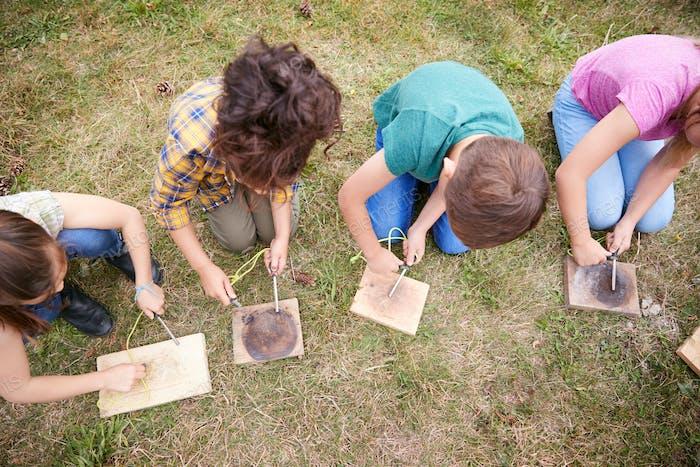 Overhead Shot von Gruppe von Kindern auf Outdoor-Camping-Reise Lernen Wie man Feuer macht