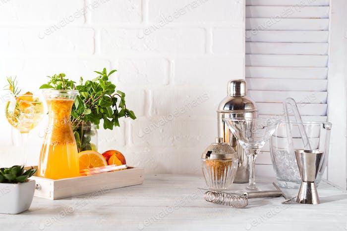 Cocktail-Shaker für die Zubereitung eines Sommercocktails mit kann für die Anzeige verwendet werden