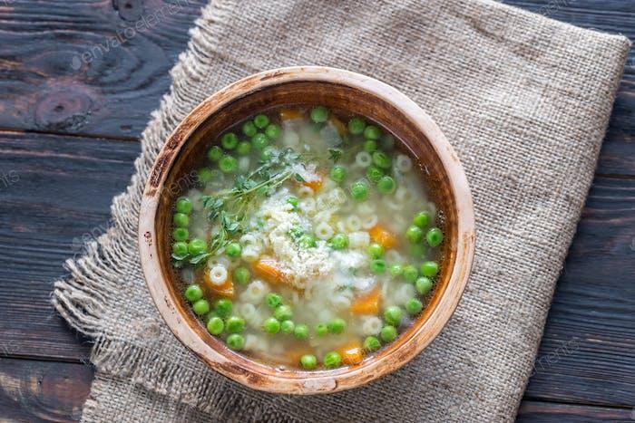 Italienische Hühnerpasta-Suppe mit Parmesan