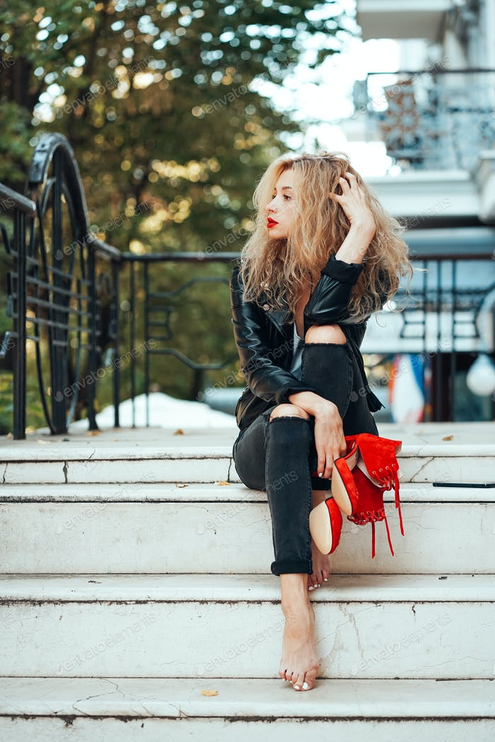junge schöne stilvolle Mädchen posiert