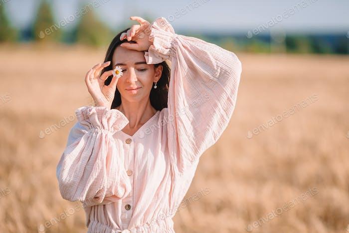 Schöne Frau im Kleid im Weizenfeld