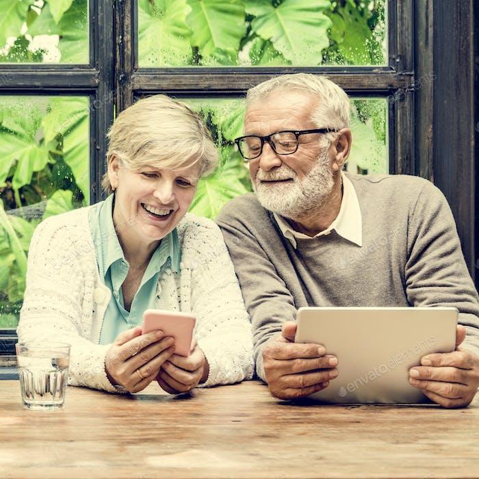 Paar Ehefrau Mann mit Digital Device Konzept
